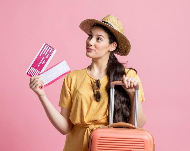 Mooie vrouw die bereid is te reizen