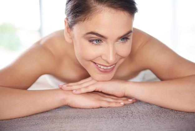 Mooie vrouw die bij de massage wacht