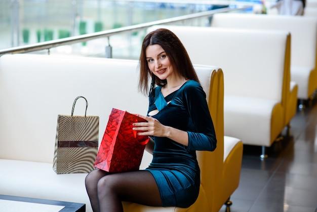 Mooie vrouw die bij het wandelgalerij winkelt