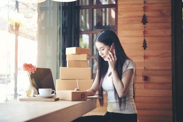Mooie vrouw die bij koffiewinkel werkt