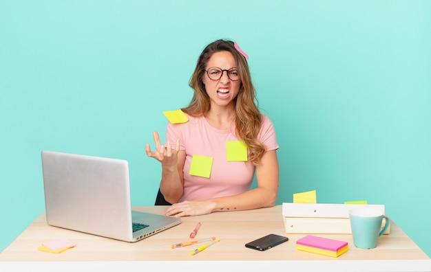 Mooie vrouw die boos, geïrriteerd en gefrustreerd kijkt. telewerk concept