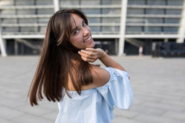 Mooie vrouw die buiten glimlacht