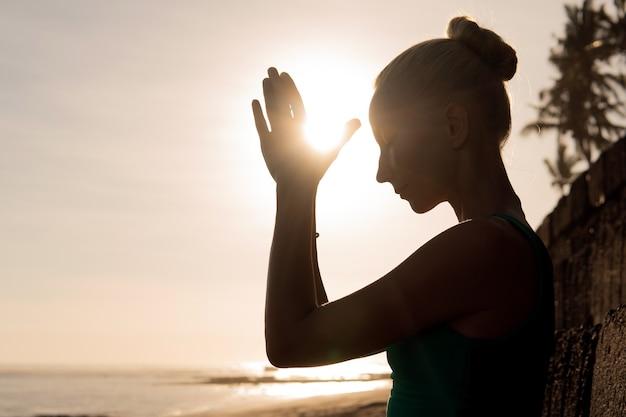 Mooie vrouw die buiten mediteert