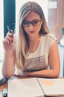 Mooie vrouw die, concept terug naar school bestudeert