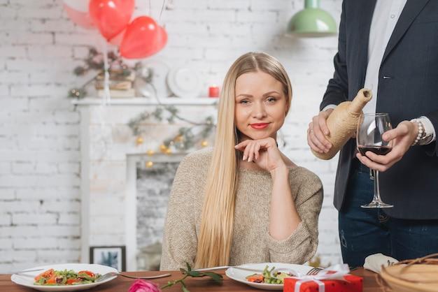 Mooie vrouw die diner met de mens heeft