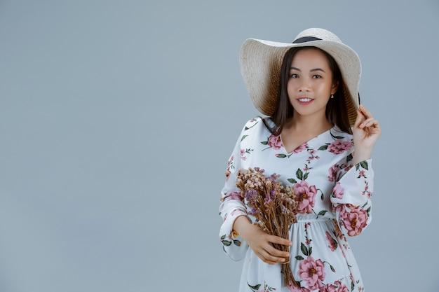 Mooie vrouw die een bloemenkleding draagt