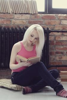 Mooie vrouw die een boek leest