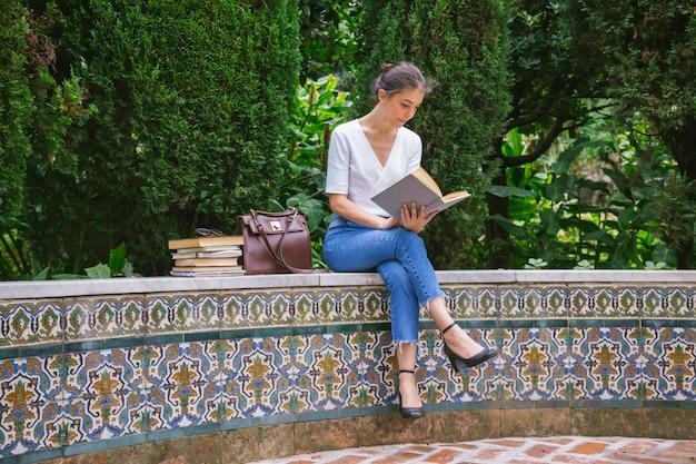 Mooie vrouw die een boek met verbeelding leest