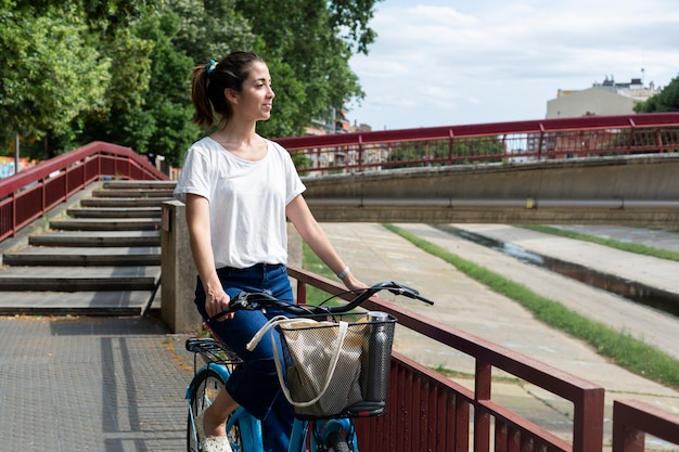 Mooie vrouw die een eco-manier gebruikt voor transport