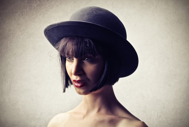 Mooie vrouw die een hoed draagt
