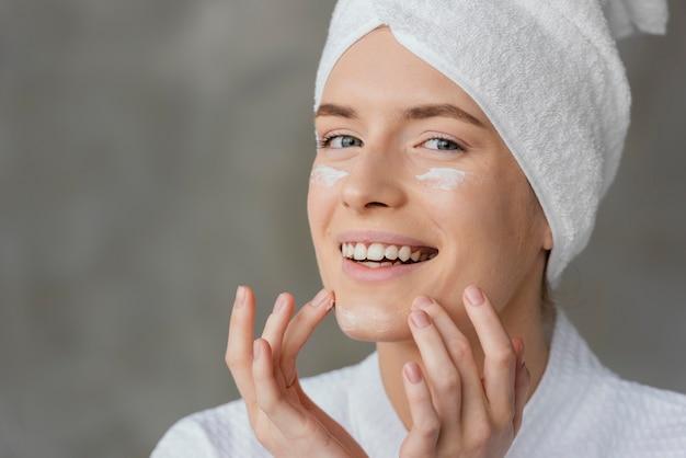 Mooie vrouw die een huidverzorgingsroom gebruikt
