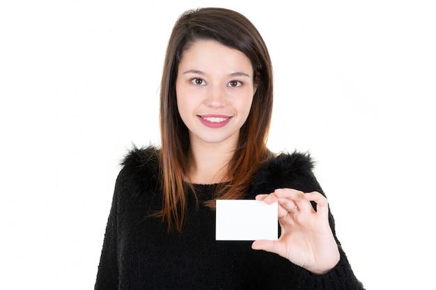 Mooie vrouw die een lege kaart lege vertoning toont