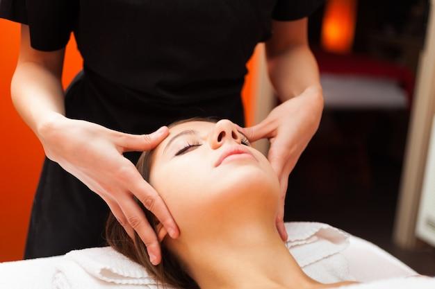 Mooie vrouw die een massage heeft