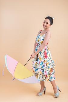 Mooie vrouw die een paraplu houdt