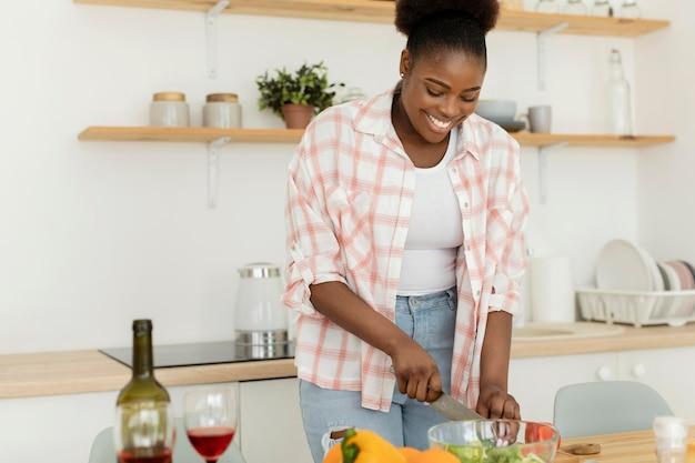 Mooie vrouw die een romantisch diner voorbereidt