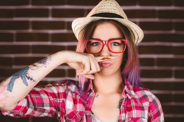 Mooie vrouw die een valse snor beweert te hebben
