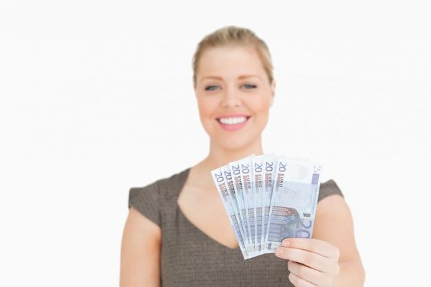 Mooie vrouw die euro bankbiljetten toont