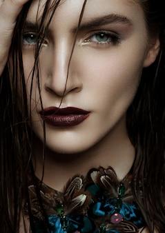 Mooie vrouw die exotische tropische juwelen draagt