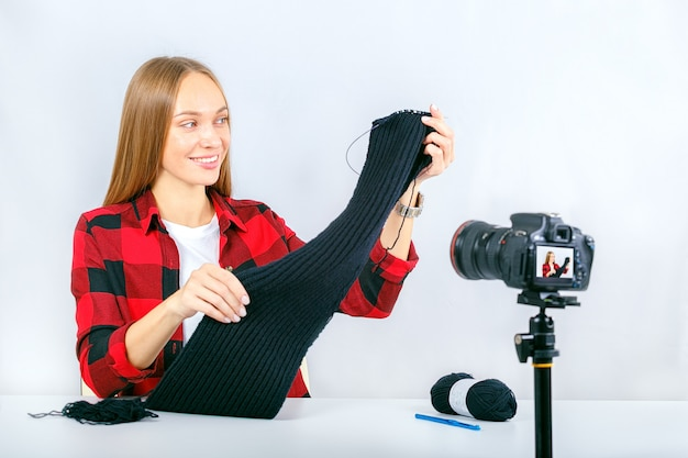Mooie vrouw die freelancer thuis blogt