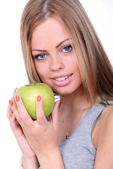 Mooie vrouw die groene appel houdt