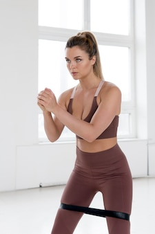 Mooie vrouw die gymnastiekconcept doen