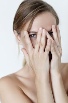 Mooie vrouw die haar gezicht behandelt