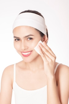 Mooie vrouw die haar gezicht reinigt
