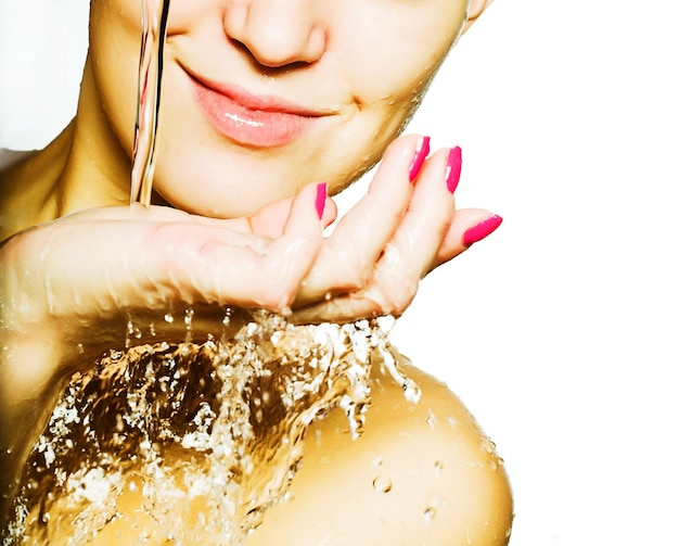 Mooie vrouw die haar gezicht wast