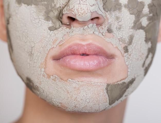 Mooie vrouw die haar gezichts extreem close-up behandelt