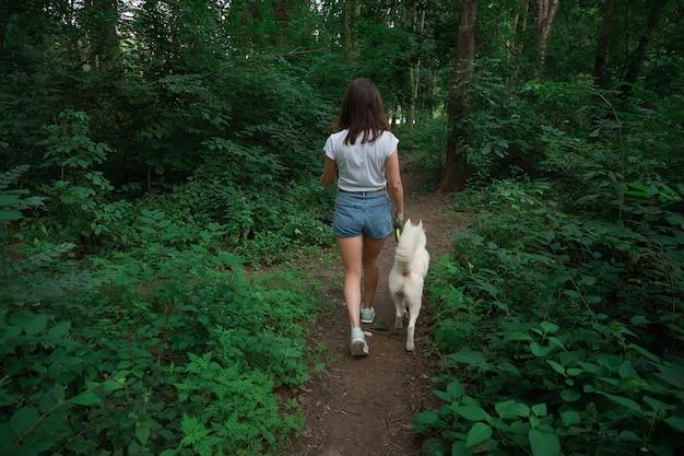 Mooie vrouw die haar hond loopt