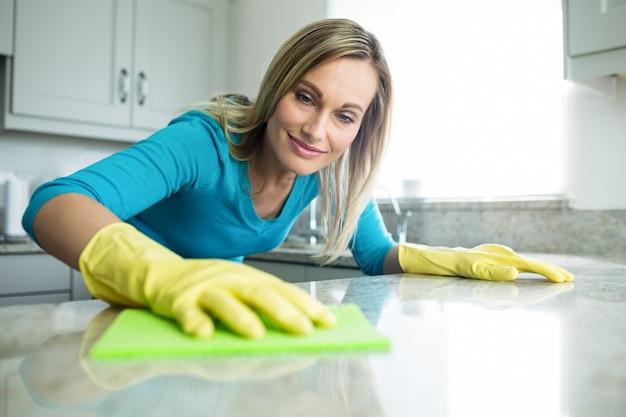 Mooie vrouw die haar huiskarweien doet