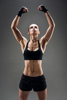 Mooie vrouw die haar sterke spieren aantoont