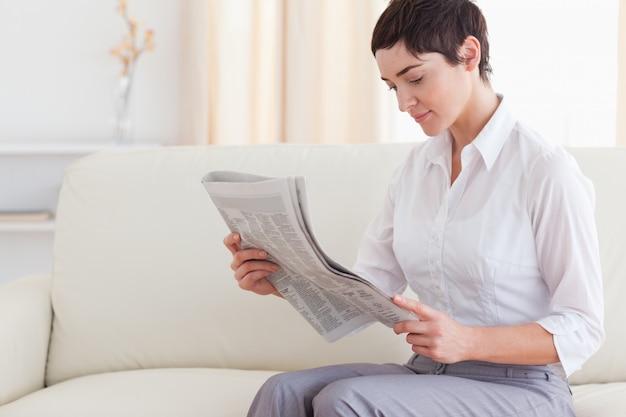Mooie vrouw die het nieuws leest