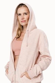 Mooie vrouw die het vooraanzicht van roze co-ord sportkleding draagt