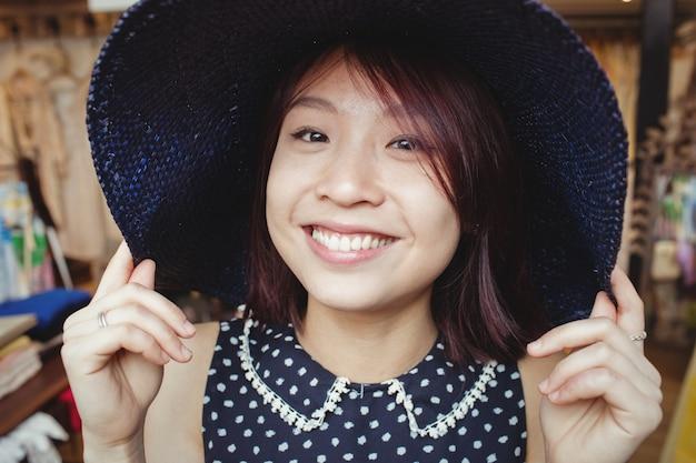 Mooie vrouw die hoed draagt