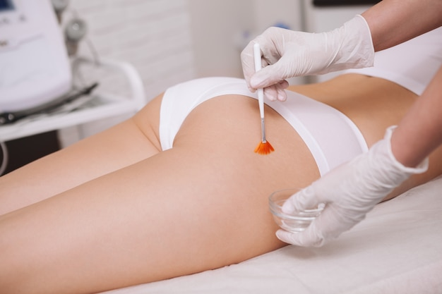 Mooie vrouw die huidverzorgingbehandeling krijgt bij de kosmetiekkliniek