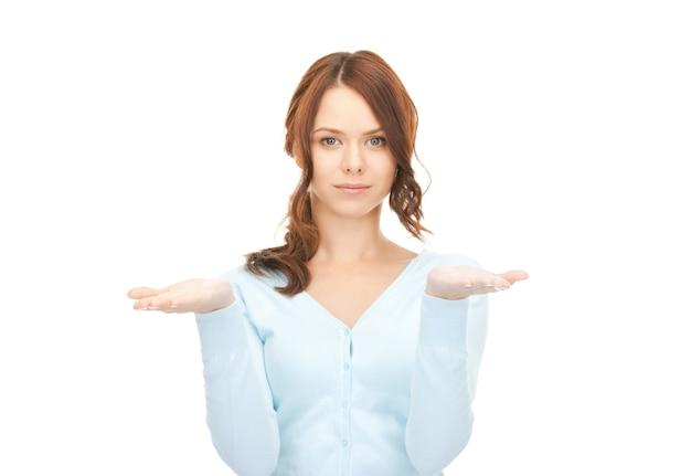Mooie vrouw die iets op haar handpalmen laat zien showing