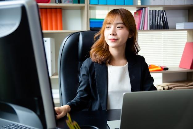 Mooie vrouw die in het bureau werkt