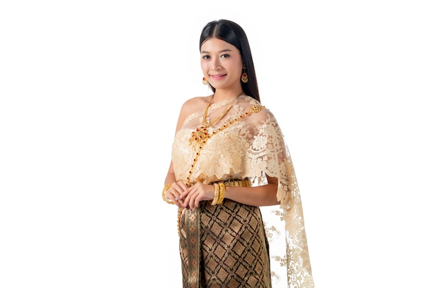 Mooie vrouw die in nationaal traditioneel kostuum van thailand glimlacht.
