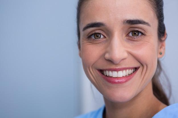 Mooie vrouw die lacht bij tandarts kliniek