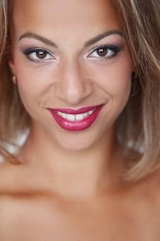 Mooie vrouw die lacht met rode lippen