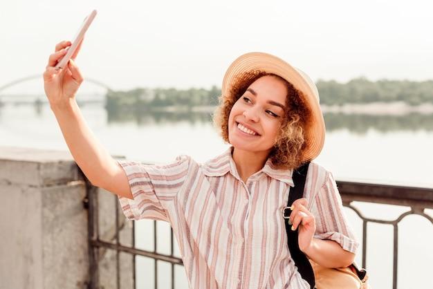 Mooie vrouw die lacht voor een selfie