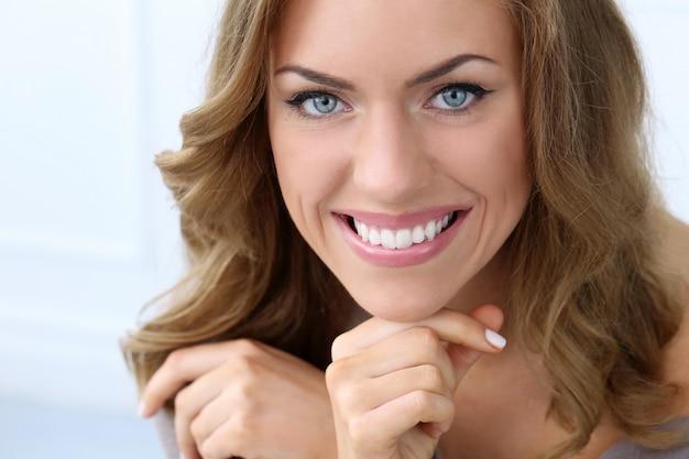 Mooie vrouw die lacht