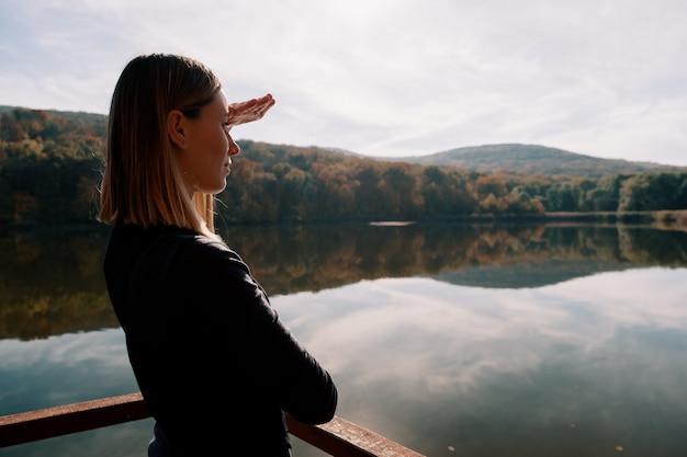 Mooie vrouw die landschaps van mening genieten