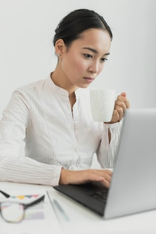 Mooie vrouw die laptop bekijkt