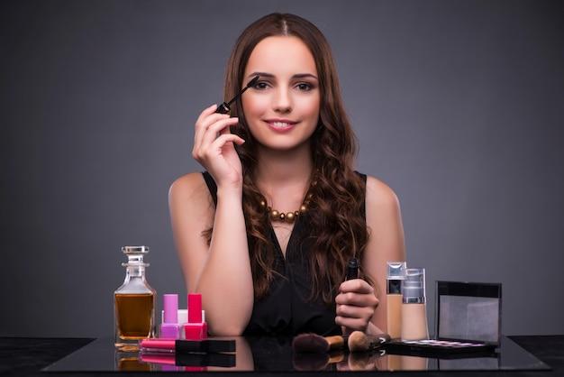 Mooie vrouw die make-up toepast