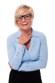 Mooie vrouw die manierglazen het lachen draagt