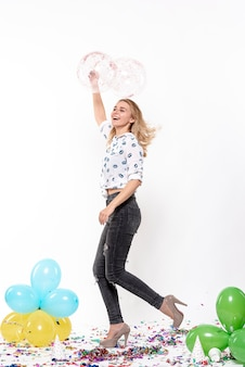 Mooie vrouw die met ballons danst