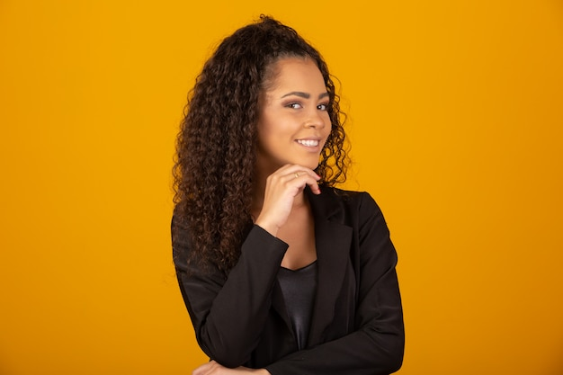 Mooie vrouw die met een afrokapsel glimlacht