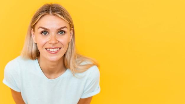 Mooie vrouw die met exemplaar-ruimte glimlacht